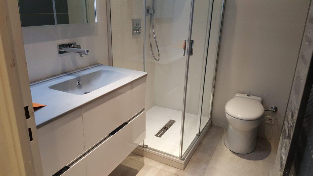 Salle de bain moderne meuble une vasque double rangements tiroir, douche à l'italienne et WC installée par AG2P