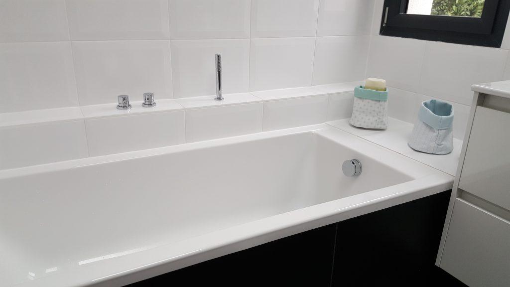 Baignoire rectangle intérieur blanc, extérieur noir mise en place par AG2P plombier à Nantes
