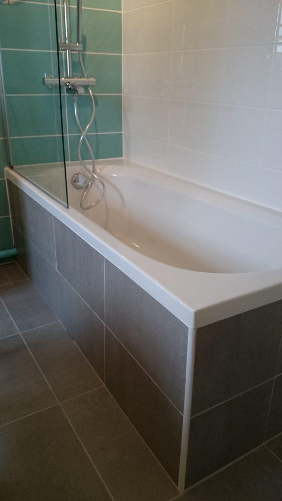 Baignoire intérieur blanc et extérieur faiencé taupe. Installation et carrelage effectués par le plombier chauffagiste AG2P