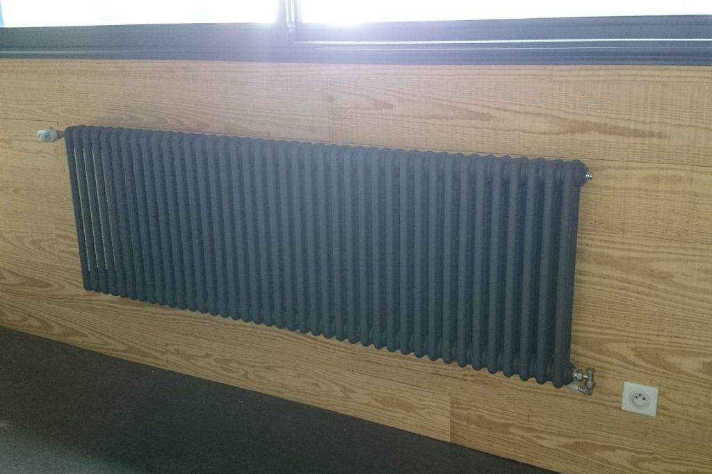Radiateur en fonte noir installé par AG2P chauffagiste nantais