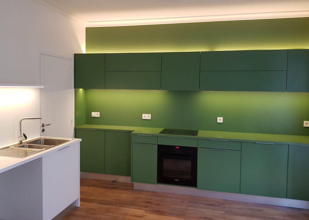 Cuisine moderne au mobilier vert et blanc rétroéclairé installé par le plombier chauffagiste AG2P