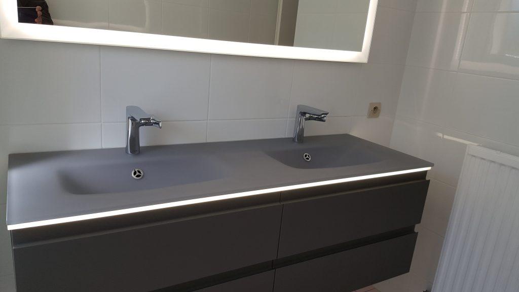 Double vasque grise sur meuble noir monté par AG2P