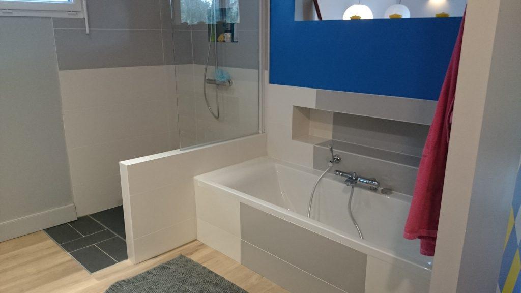 Salle de bain tons noir gris et blanc avec douche et baignoire refaite par AG2P expert plomberie chauffage