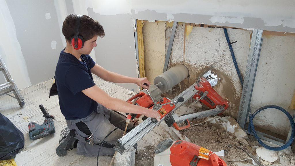 Membre de l'équipe AG2P utilisant des outils de plomberie